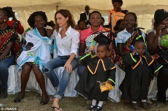 Στην Κένυα η Bικτόρια Μπέκαμ για καλό σκοπό [ΕΙΚΟΝΕΣ]