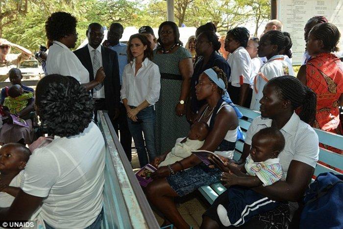 Στην Κένυα η Bικτόρια Μπέκαμ για καλό σκοπό [ΕΙΚΟΝΕΣ] - εικόνα 3
