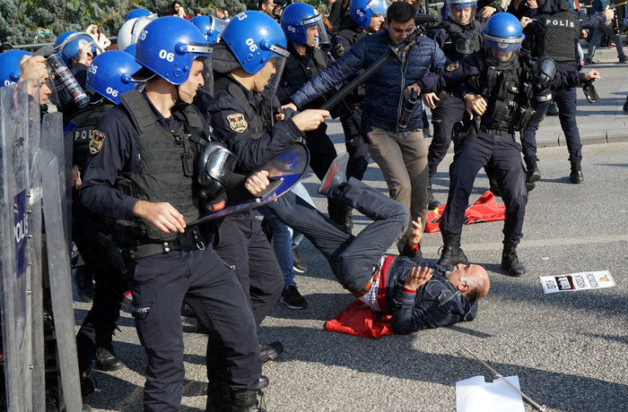 Αγριο ξύλο διαδηλωτών από την αστυνομία στην Αγκυρα - εικόνα 3