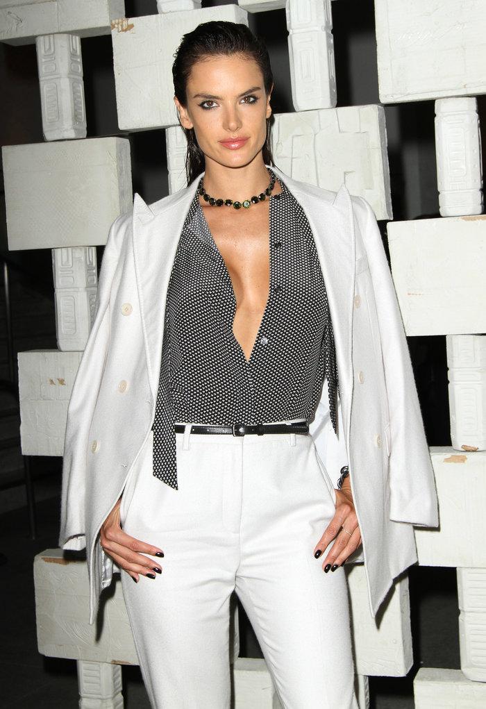 Η Αλεσάντρα Αμπρόζιο φόρεσε το λευκό κοστούμι με τον πιο προκλητικό τρόπο