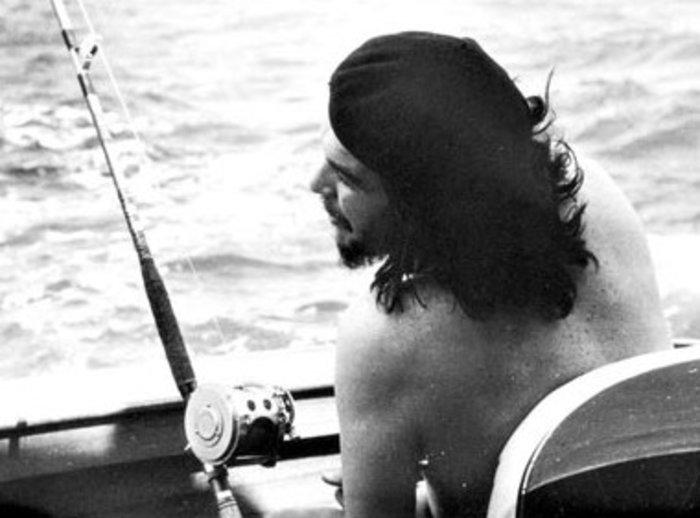 Ο Ερνέστο Τσε Γκεβάρα σε σπάνιο στιγμιότυπο, ψαρεύοντας