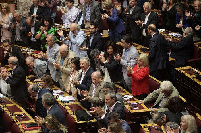 Ολα τα κρυφά στιγμιότυπα από τη συζήτηση στη Βουλή