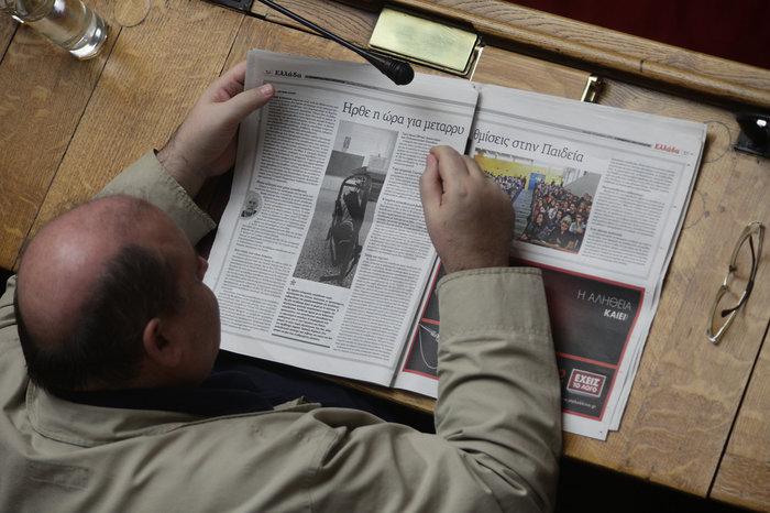 Ο Ν.Φίλης διαβάζει για την μεταρρύθμισή του στην Εφημερίδα των Συντακτών