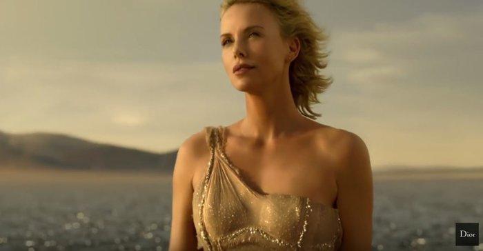 Η σύγχρονη ιέρεια Σαρλίζ Θερόν περπατά στο νερό στη νέα διαφήμιση του Dior - εικόνα 3