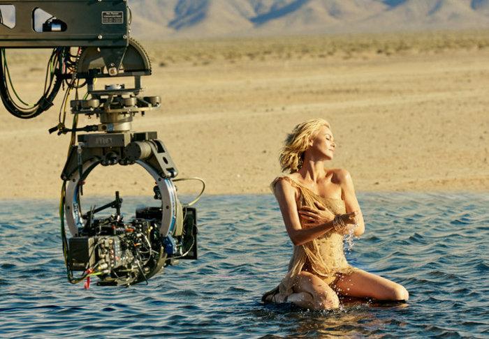 Η σύγχρονη ιέρεια Σαρλίζ Θερόν περπατά στο νερό στη νέα διαφήμιση του Dior - εικόνα 4