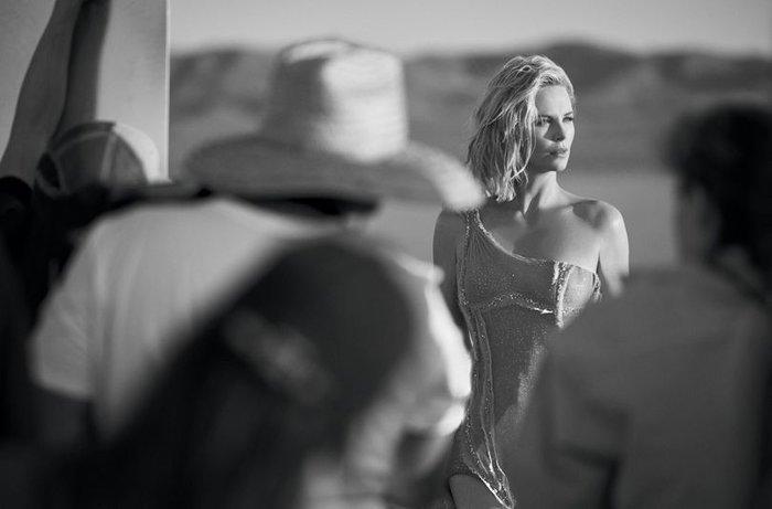 Σαρλίζ Θερόν: Υπάρχουν πρωινά που ξυπνάω και λέω «Θεέ μου, πώς είμαι έτσι;» - εικόνα 10