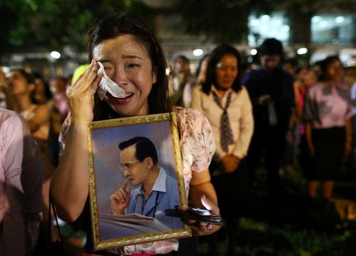 Θρήνος στην Ταϊλάνδη για τον θάνατο του Βασιλιά - εικόνα 10