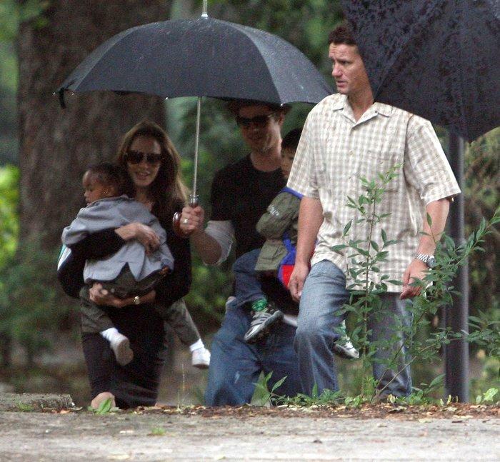 Το ζεύγος Τζολί - Πιτ με τα παιδιά τους και των Mark Billingham