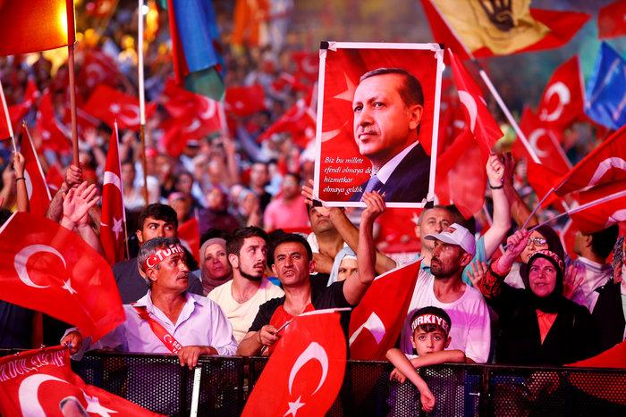 Διαδηλωτές υπέρ του τούρκου προέδρου μετά το πραξικόπημα του περασμένου Ιουλίου