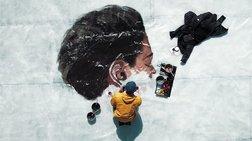 Το πρόσωπο της γυναίκας αποτυπώνεται πάνω σε κομμάτια πάγου