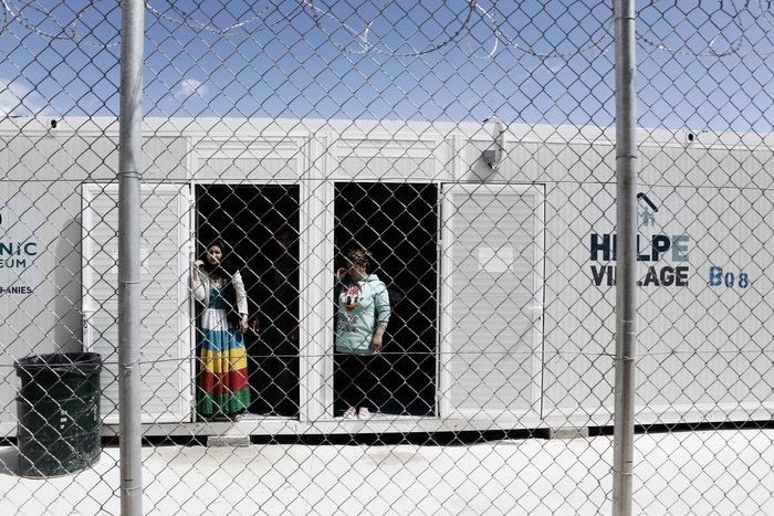 Στη Λέσβο 9 αξιωματούχοι έχουν επιφορτιστεί με την λήψη αποφάσεων για τις αιτήσεις περίπου 6.000 προσφύγων, σημειώνει το Spiegel