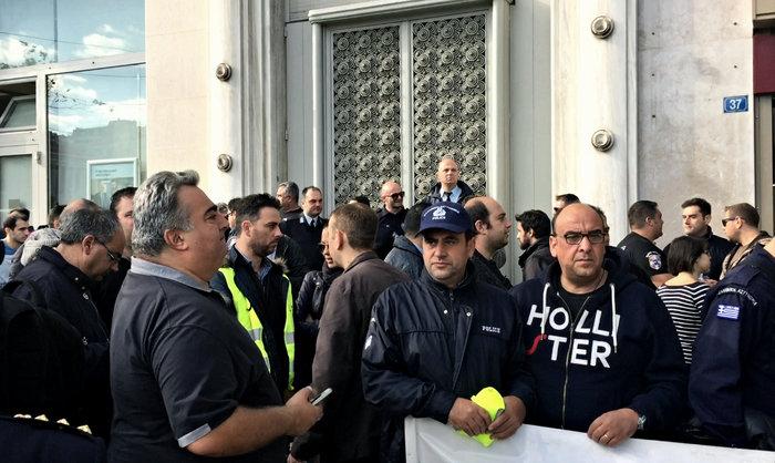 Με κατασκηνώσεις... διαμαρτυρίας προειδοποιούν οι ένστολοι