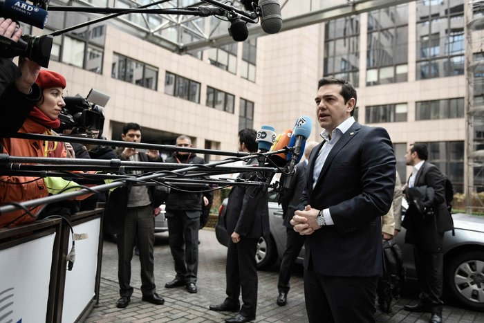 Στις συναντήσεις που θα έχει, ο έλληνας πρωθυπουργός θα επιδιώξει να θέσει στους συνομιλητές του τα δύο βασικά ζητήματα στα οποία η κυβέρνηση έχει επενδύσει την προοπτική ενός θετικού σεναρίου για την ελληνική οικονομία