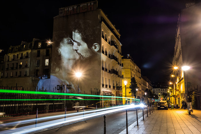 upl58085cec0ca2c - Το Παρίσι γέμισε με 100 φιλιά γιατί η μόνη αληθινή γλώσσα είναι το φιλί