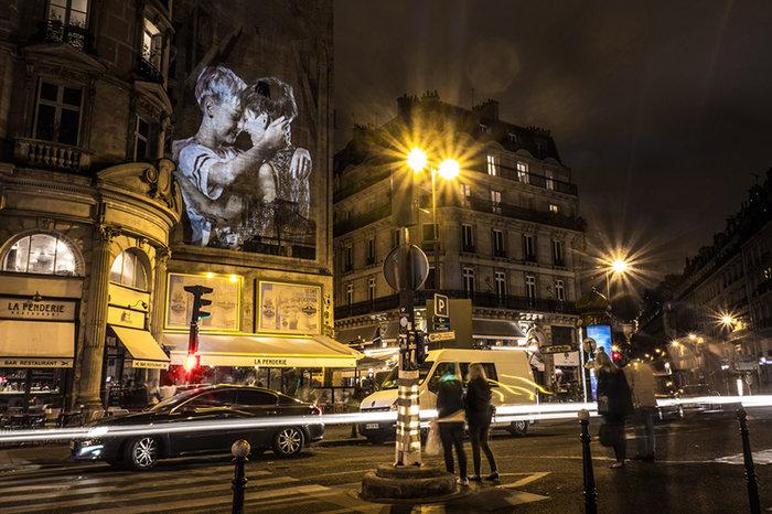 upl58085cfb068e0 - Το Παρίσι γέμισε με 100 φιλιά γιατί η μόνη αληθινή γλώσσα είναι το φιλί
