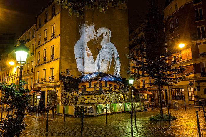 upl58085d2ce06df - Το Παρίσι γέμισε με 100 φιλιά γιατί η μόνη αληθινή γλώσσα είναι το φιλί