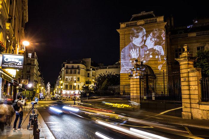 upl58085d4bc4b42 - Το Παρίσι γέμισε με 100 φιλιά γιατί η μόνη αληθινή γλώσσα είναι το φιλί