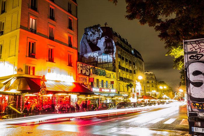 upl58085d940670e - Το Παρίσι γέμισε με 100 φιλιά γιατί η μόνη αληθινή γλώσσα είναι το φιλί