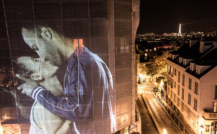 upl58085daa404e1 - Το Παρίσι γέμισε με 100 φιλιά γιατί η μόνη αληθινή γλώσσα είναι το φιλί