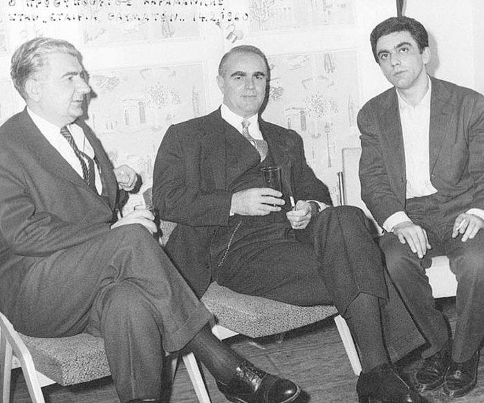 """Ο Δημήτρης Ψαθάς με τον Κωνσταντίνο Καραμανλή και τον Δημήτρη Χόρν (πρωταγωνιστή της κωμωδίας του """"Εταιρεία Θαυμάτων"""")"""