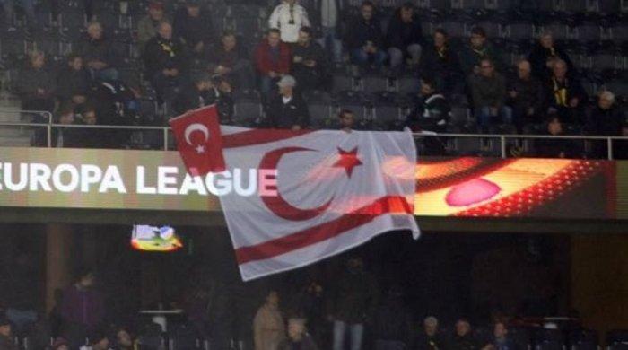 Οι οπαδοί της Γιουνγκ Μπόις ύψωσαν σημαία του ψευδοκράτους