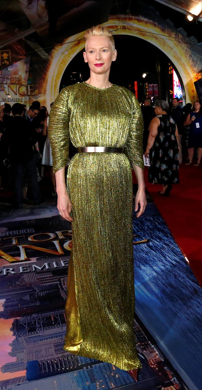 Η εκκεντρική Τίλντα Σουίντον φόρεσε ένα αλλόκοτο φόρεμα και ήταν υπέροχη