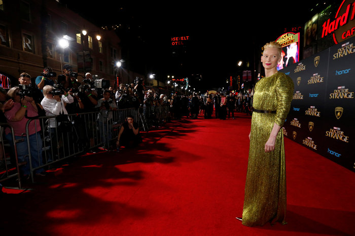 Η εκκεντρική Τίλντα Σουίντον φόρεσε ένα αλλόκοτο φόρεμα και ήταν υπέροχη - εικόνα 7