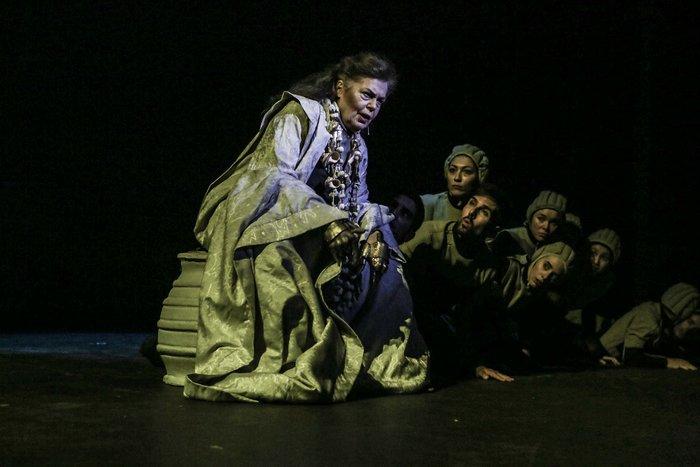 Η Ρούλα Πατεράκη στον ρόλο του Ευρυσθέα