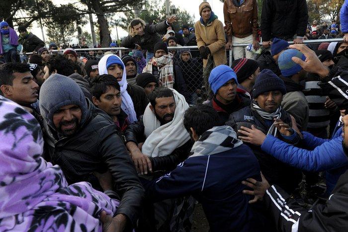 Εκτός ελέγχου η κατάσταση στην Ειδομένη, νεκρός μετανάστης - εικόνα 3