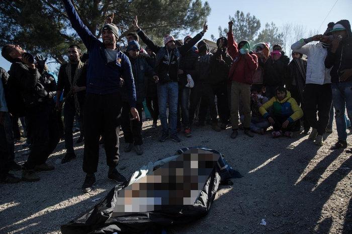Ο θρήνος για τον νεκρό πρόσφυγα στην Ειδομένη και η περιφορά της σορού