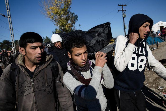 Ο θρήνος για τον νεκρό πρόσφυγα στην Ειδομένη και η περιφορά της σορού - εικόνα 3
