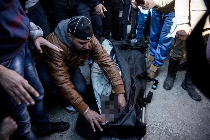 Ο θρήνος για τον νεκρό πρόσφυγα στην Ειδομένη και η περιφορά της σορού - εικόνα 2