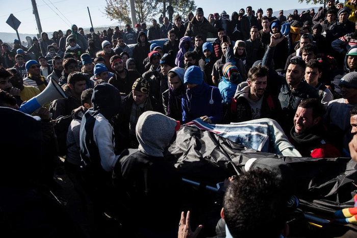 Ο θρήνος για τον νεκρό πρόσφυγα στην Ειδομένη και η περιφορά της σορού - εικόνα 4