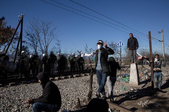 Ο θρήνος για τον νεκρό πρόσφυγα στην Ειδομένη και η περιφορά της σορού - εικόνα 7