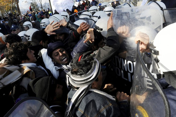 'Εκρηξη στην Ειδομένη από το «φράγμα» των Σκοπιανών