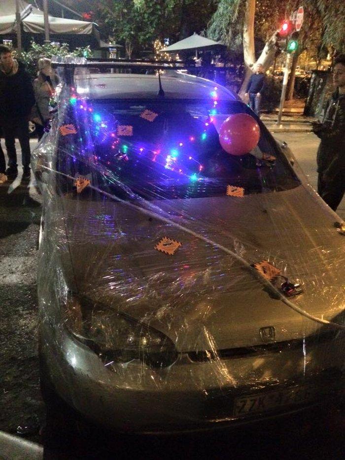 Ακτιβιστές τύλιξαν με σελοφάν αυτοκίνητα που εμπόδιζαν την πρόσβαση ΑμεΑ