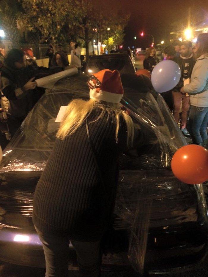Ακτιβιστές τύλιξαν με σελοφάν αυτοκίνητα που εμπόδιζαν την πρόσβαση ΑμεΑ - εικόνα 4