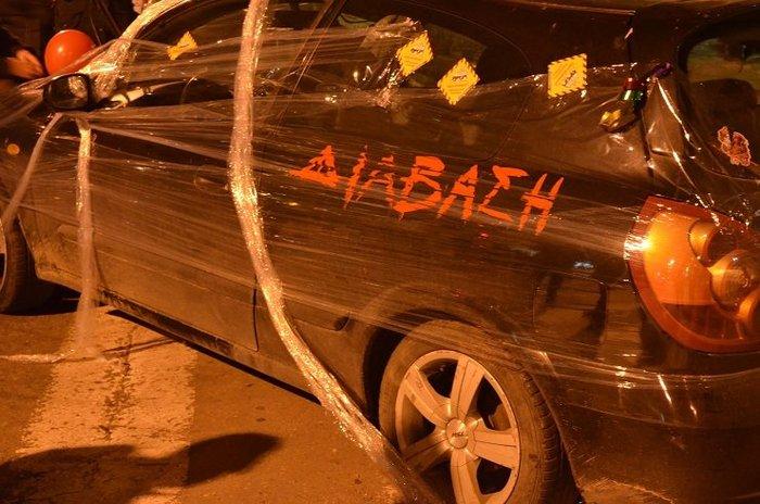Ακτιβιστές τύλιξαν με σελοφάν αυτοκίνητα που εμπόδιζαν την πρόσβαση ΑμεΑ - εικόνα 2