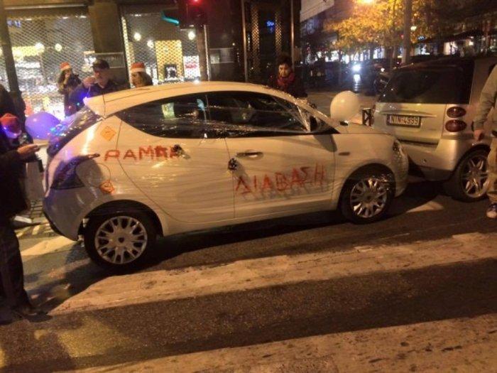 Ακτιβιστές τύλιξαν με σελοφάν αυτοκίνητα που εμπόδιζαν την πρόσβαση ΑμεΑ - εικόνα 3