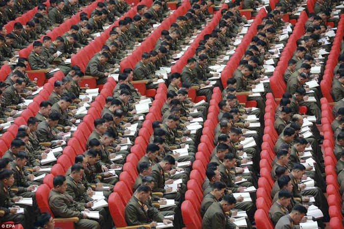 Β. Κορέα: Τόλμησαν να κοιμηθούν σε ομιλία του Κιμ Γιονγκ Ουν