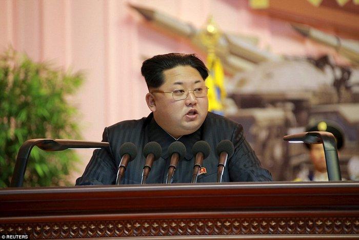 Β. Κορέα: Τόλμησαν να κοιμηθούν σε ομιλία του Κιμ Γιονγκ Ουν - εικόνα 2