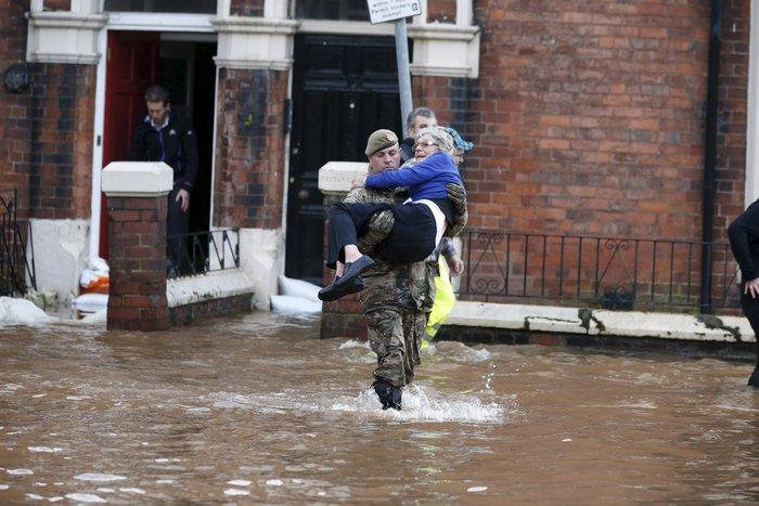 Bιβλικές πλημμύρες στη βόρεια Αγγλία - Σε κατάσταση έκτακτης ανάγκης η χώρα - εικόνα 3