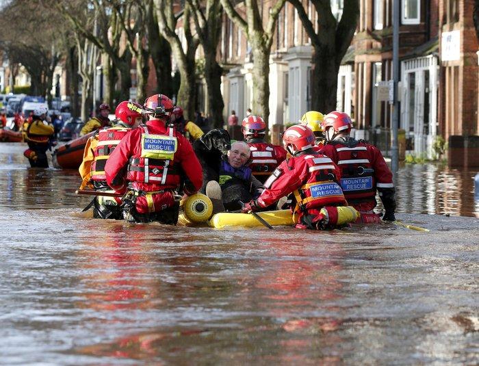 Bιβλικές πλημμύρες στη βόρεια Αγγλία - Σε κατάσταση έκτακτης ανάγκης η χώρα - εικόνα 13