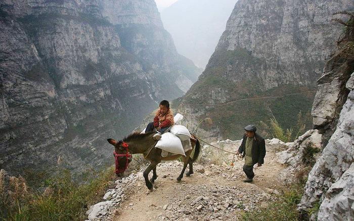 5 ώρες ταξίδι στα βουνά μέσα από ένα μονοπάτι. Είναι ίσως το πιο απομακρυσμένο σχολείο στον κόσμο. Γκούλου-Κίνα