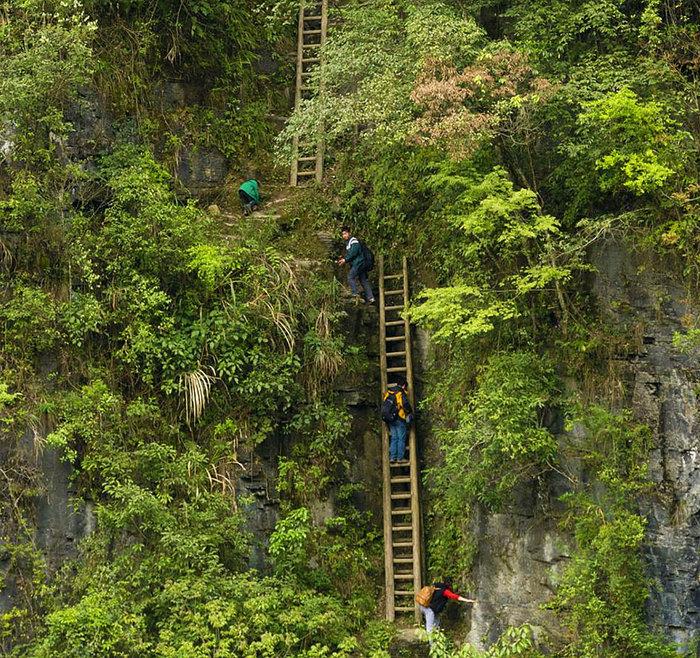 Μαθητές κάνουν αναρρίχηση σε ξύλινες σκάλες. Zhang Jiawan, Νότια Κίνα