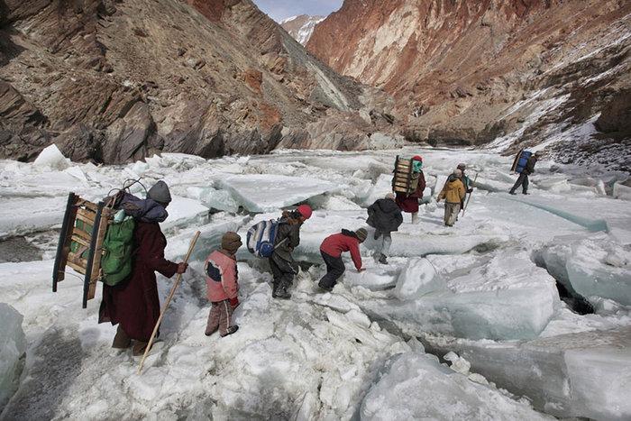 Παιδιά ταξιδεύουν προς ένα Οικοτροφείο μέσα από τα Ιμαλάια, Zanskar, Ιμαλάια