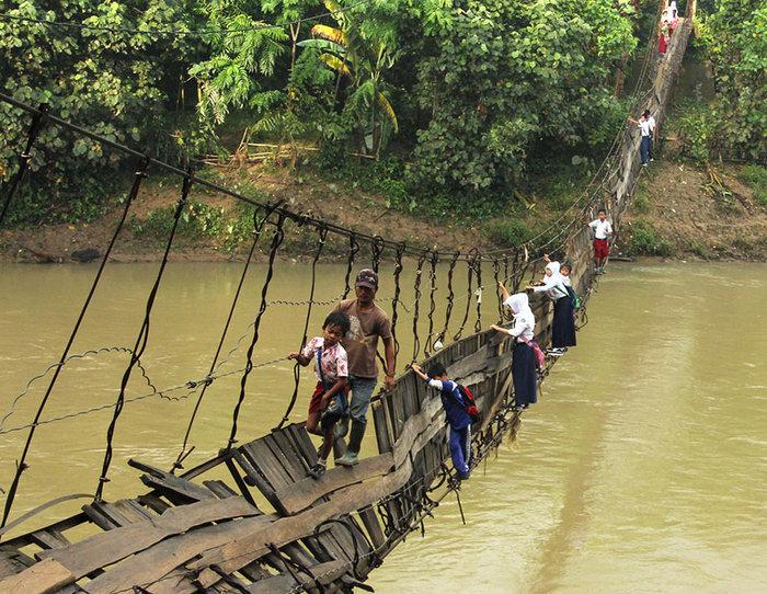 Μαθητές διασχίζουν μια κατεστραμμένη γέφυρα. Lebak, Ινδονησία