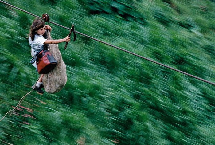 Παιδιά αιωρούνται στα 800μ σε ένα 400μ ατσάλινο καλώδιο στον ποταμό Rio Negro στην Κολομβία