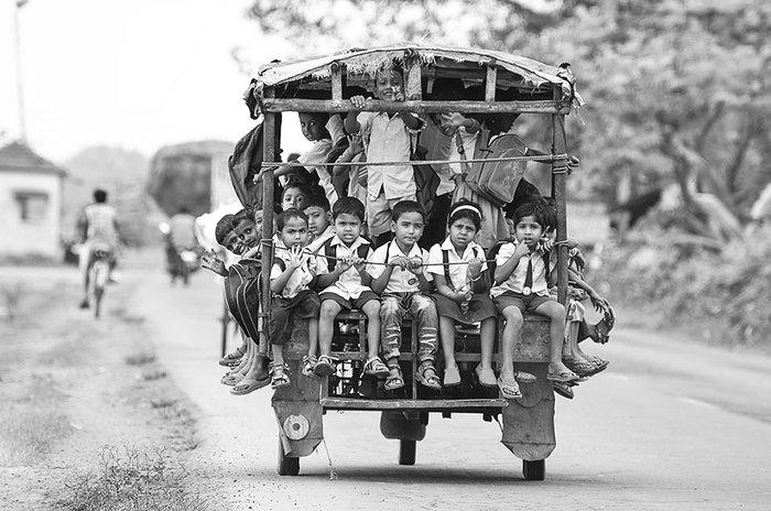 Πάνω σε ένα Tuktuk στο δρόμο για το σχολείο. Beldanga, Ινδία