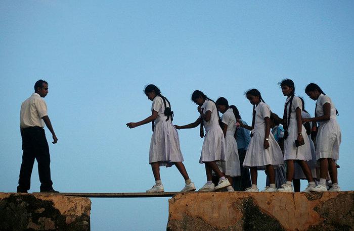 Κορίτσια του Παρθεναγωγείου περπατούν σε μια σανίδα του 16ου αιώνα. Galle Fort, Σρι Λάνκα
